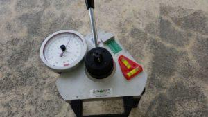 Extractomètre permettant de contrôler la résistance des fixations du point d'ancrage